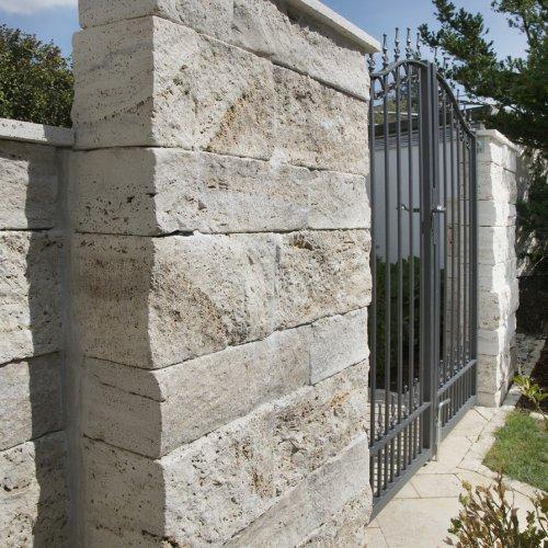 Travertin Tuscany Beige Mauersteine kombiniert mit Pflaster und Bodenplatten im römischen Verband als ganzheitliche Gartengestaltung